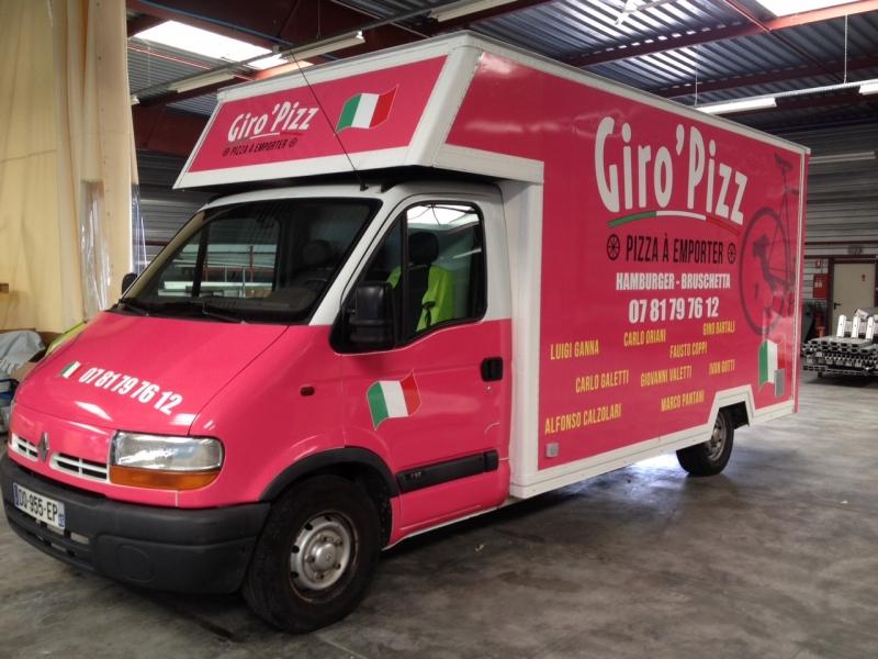 Publicité adhésive sur une camionnette