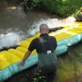 Barrière antipollution pour les cours d'eau