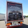 Publicité adhésive sur une remorque de camion